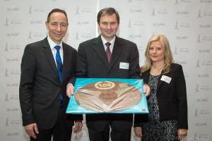 Präsent von HGlobal SE an die InfraLeuna GmbH. Leiter der Niederlassung für Mitteldeutschland Heiko Waber in der Mitte