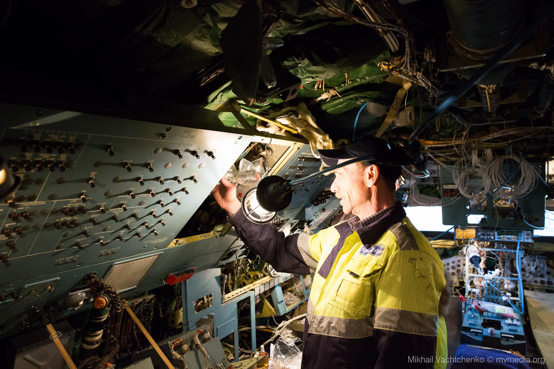 Wartung. Grosste Transport Flügzeug der Welt An 124-100. Pilotenkabine