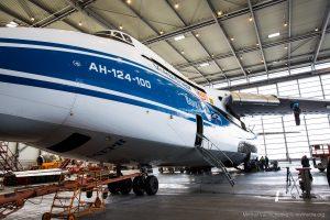 Grosste Transport Flügzeug der Welt An 124-100 von vorne
