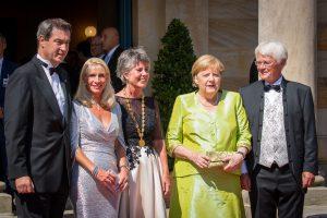 Дружеский фотомотив! Премьер-министр Баварии Маркус Зёдер с супругой Карин Бауммюллер-Зёдер, обер-бургомистр Байройта Бригитта Мерк-Эрбе, Бундесканцлерин Ангела Меркель, в этот раз без супруга, а также Томас Эрбе (слева) стали желанным фотомотивом для несколько десятков фото и видео журналистов на фоне зеленого холма (Grünen Hügel)
