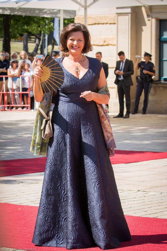 Президент Государственного Парламента Баварии Илзе Айгнер в элегантном темно-синем платье