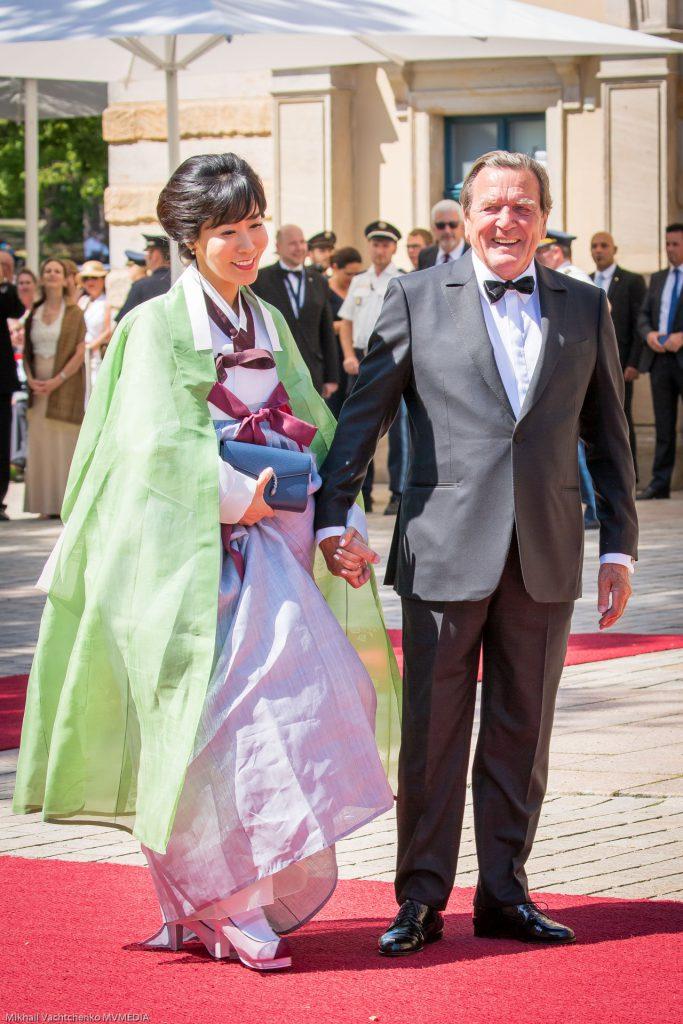 Секрет вечной молодости раскрыт! Экс-канцлер ФРГ Герхард Шредер с молодой супругой Со Ен Ким в традиционном наряде.