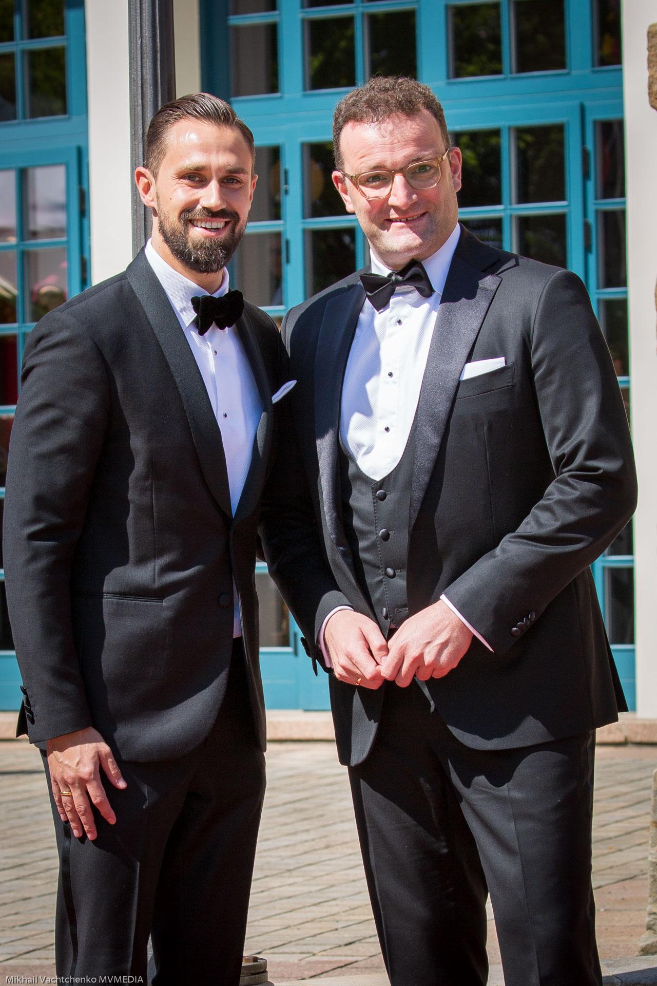 Люди в черном! Министр здравоохранения Йенс Шпан с супругом Даниелем Функе, сделали такой четкий знак гомосексуализма.