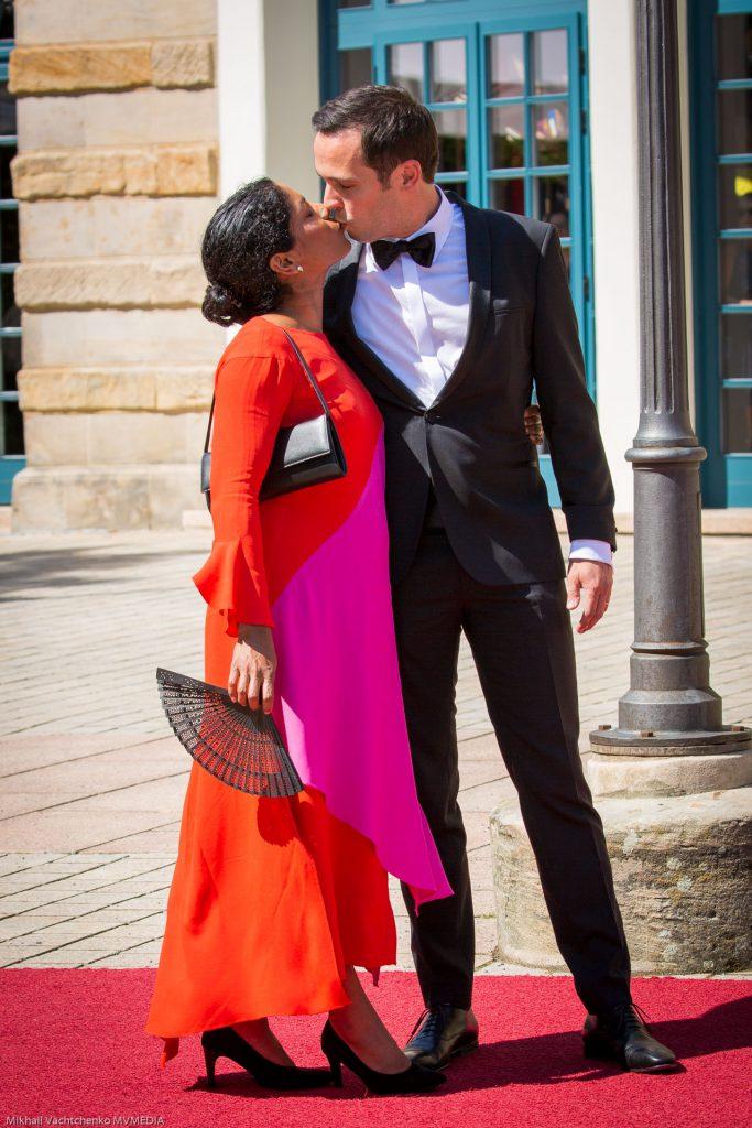 Волшебный поцелуй! Лидер фракции СвДП (FDP) Мартин Хэген с женой Анишей на виду у сотен зрителей