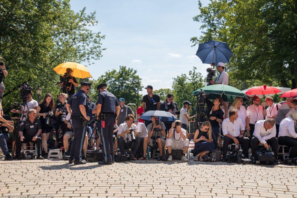 Фото и видео журналисты род палящим солнцем Баварии в ожидании знаменитых гостей