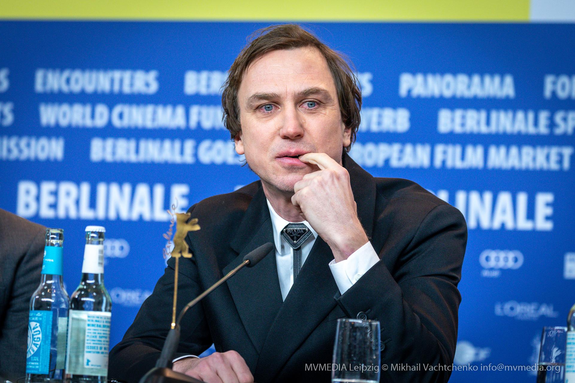 Lars Eidinger weint auf der Pressekonferenz Berlinale Persian Lessons
